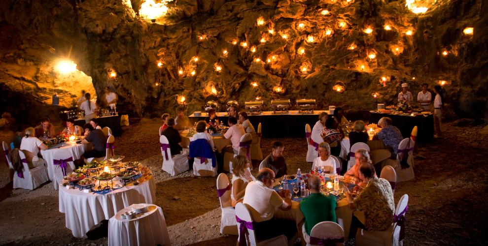 Dîner romantique dans une grotte