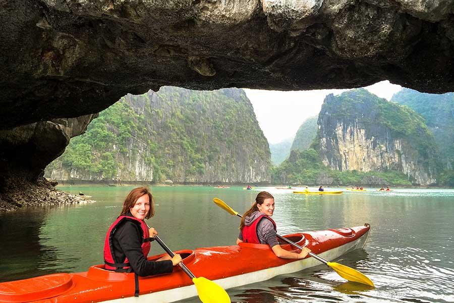 Faire du kayak autour des karsts calcaires