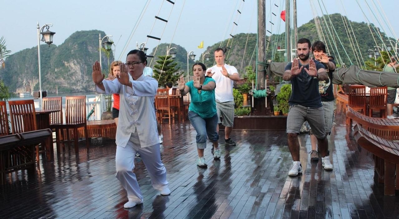 Faites du Tai Chi sur les croisières d'Halong