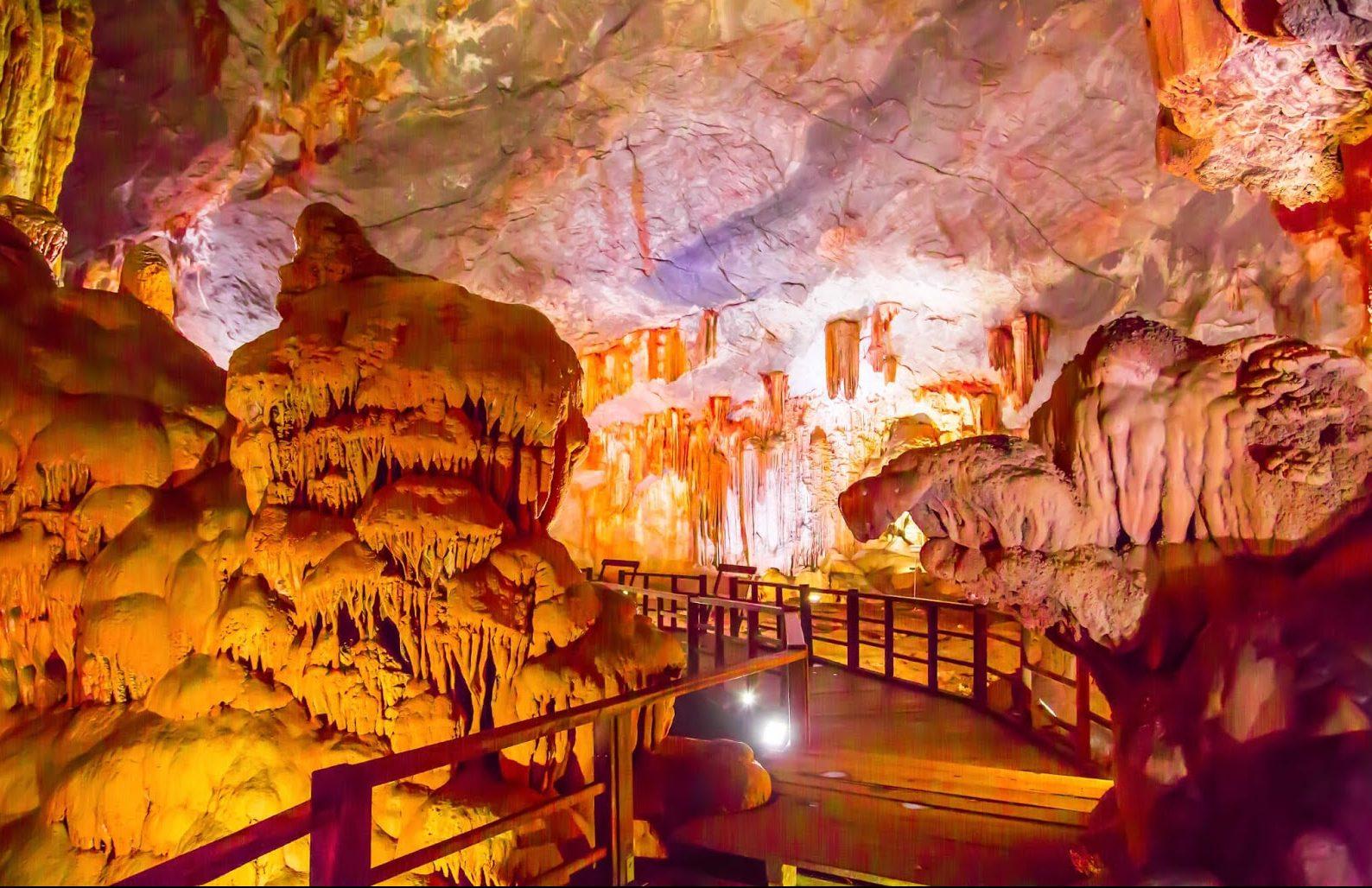 La grotte de Thien Cung ou grotte du Palais Céleste