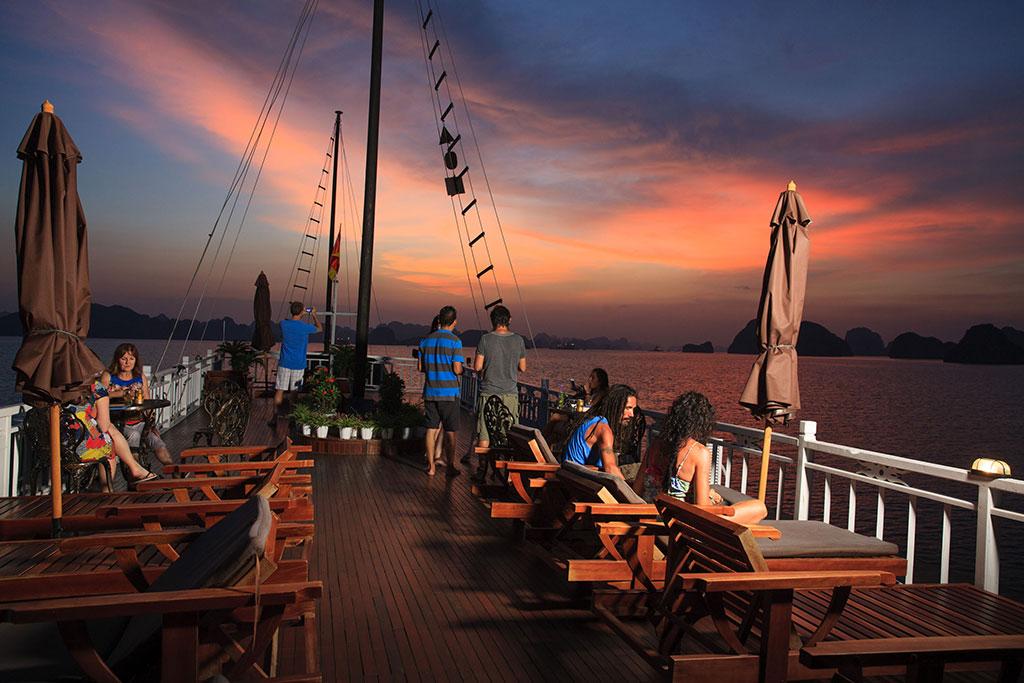 Participez à la fête du coucher du soleil sur la terrasse ensoleillée