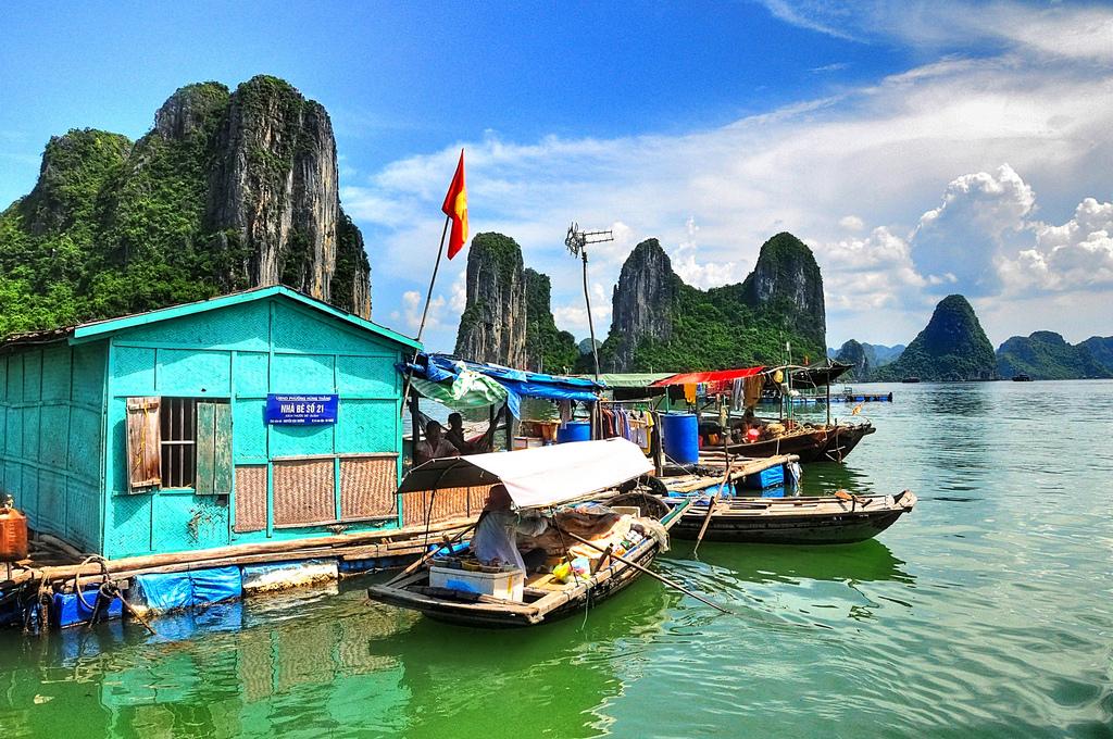 Visiter les villages flottants d'Halong