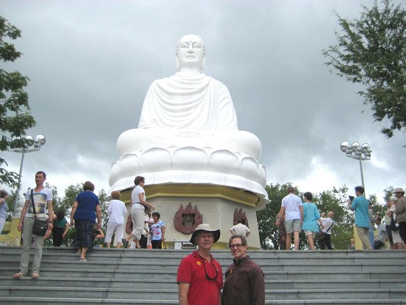 Admirer le Bouddha blanc et la pagode de Long Son