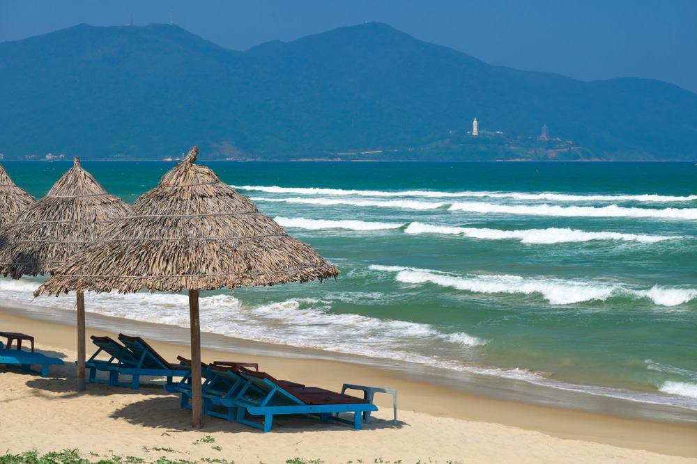 Aller surfer à la mer de Da Nang