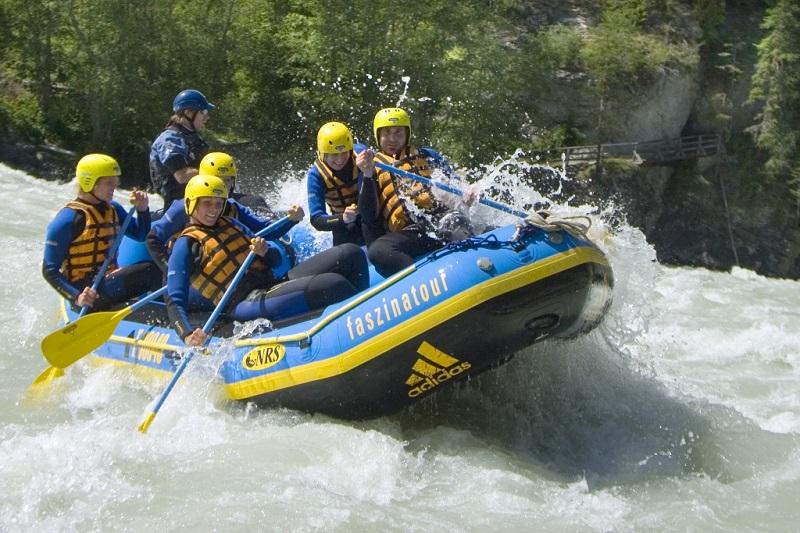 Défi avec le rafting en rivière
