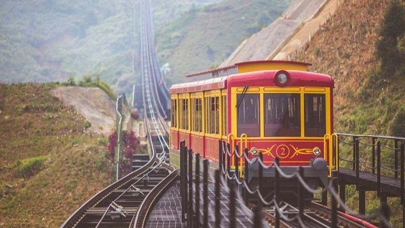 Essayez le train d'ascension des montagnes de Sapa