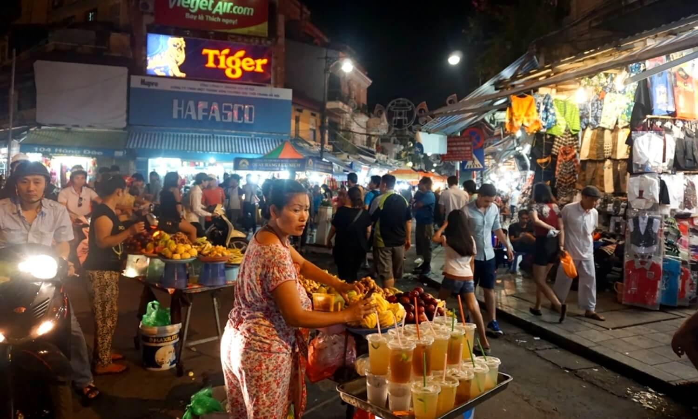 Explorer le marché de nuit à Hanoi