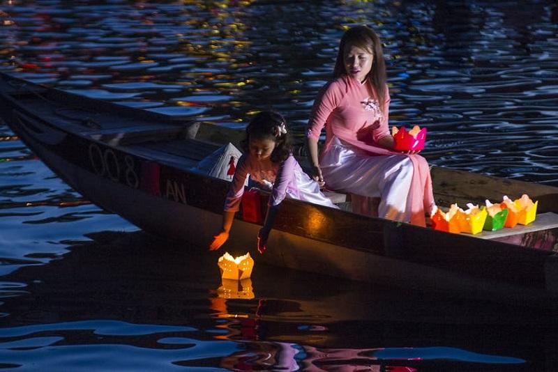 Lâcher de lanternes flottantes