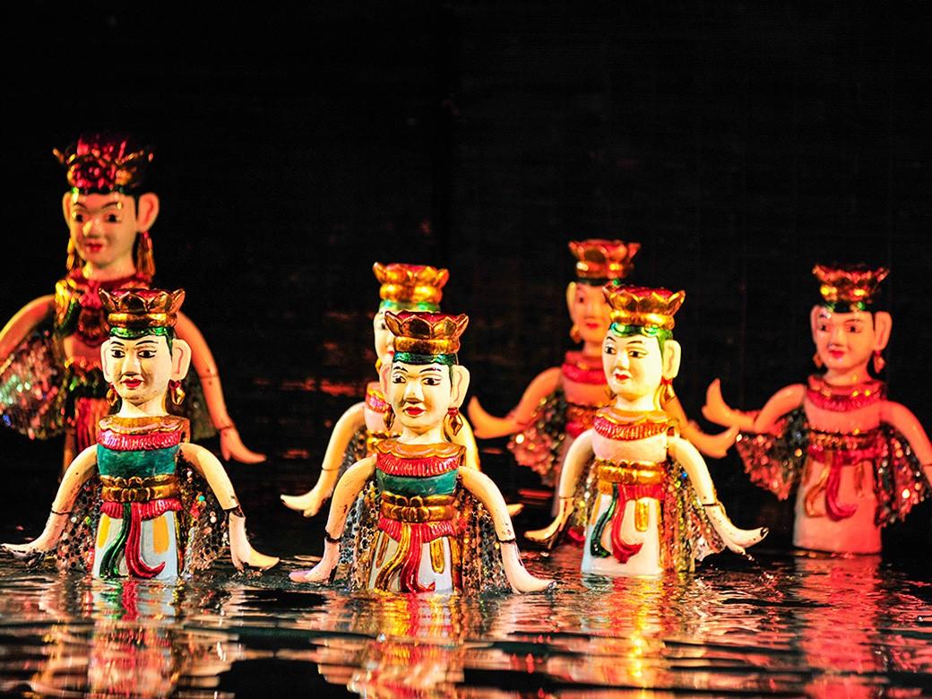 Regardez un spectacle de marionnettes sur l'eau