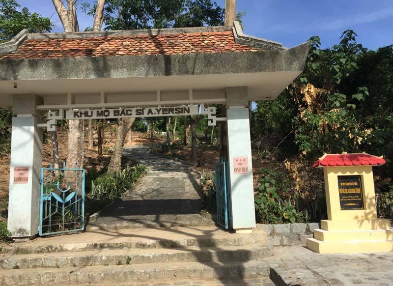 Visiter le tombeau du docteur Yersin