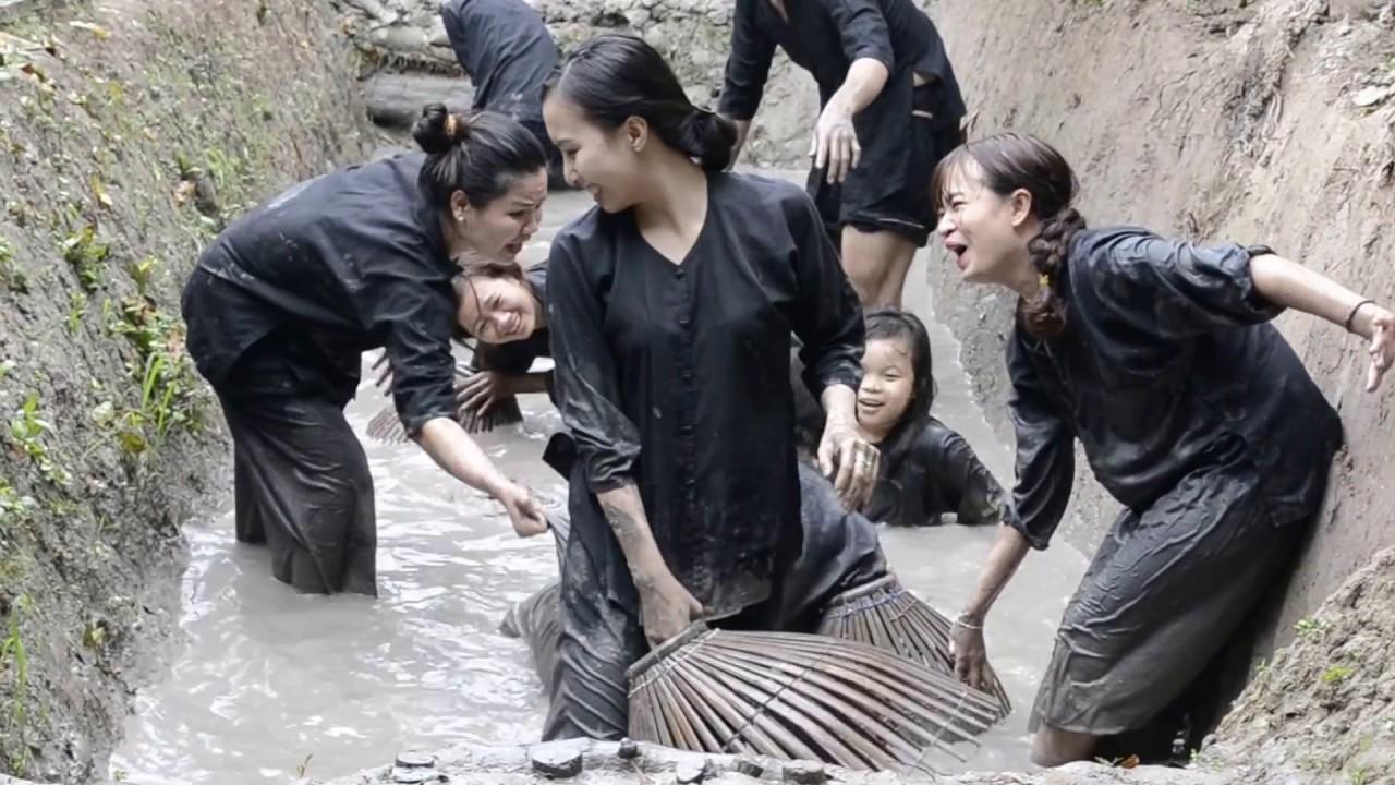 Attraper et cuire le poisson delta du mekong