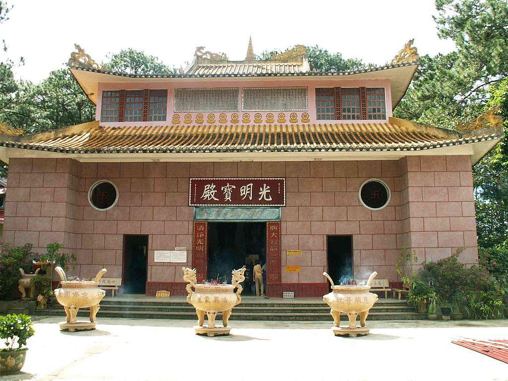 Comtempler la pagode de Thien Vuong dalat