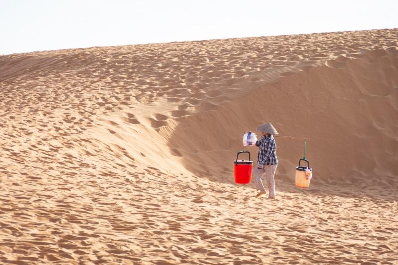 Faire du surf des sables dans les dunes de sable rouge