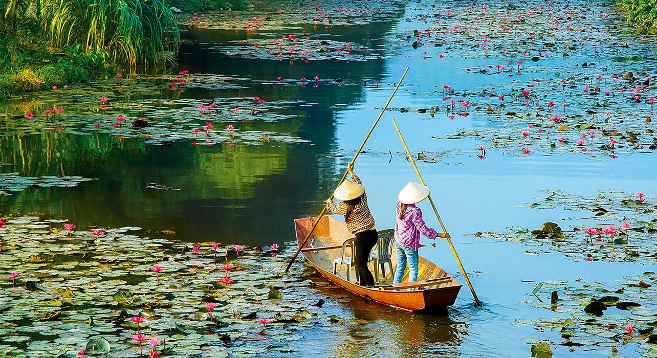 Faire une croisière en bateau à travers de petits canaux delta du mekong