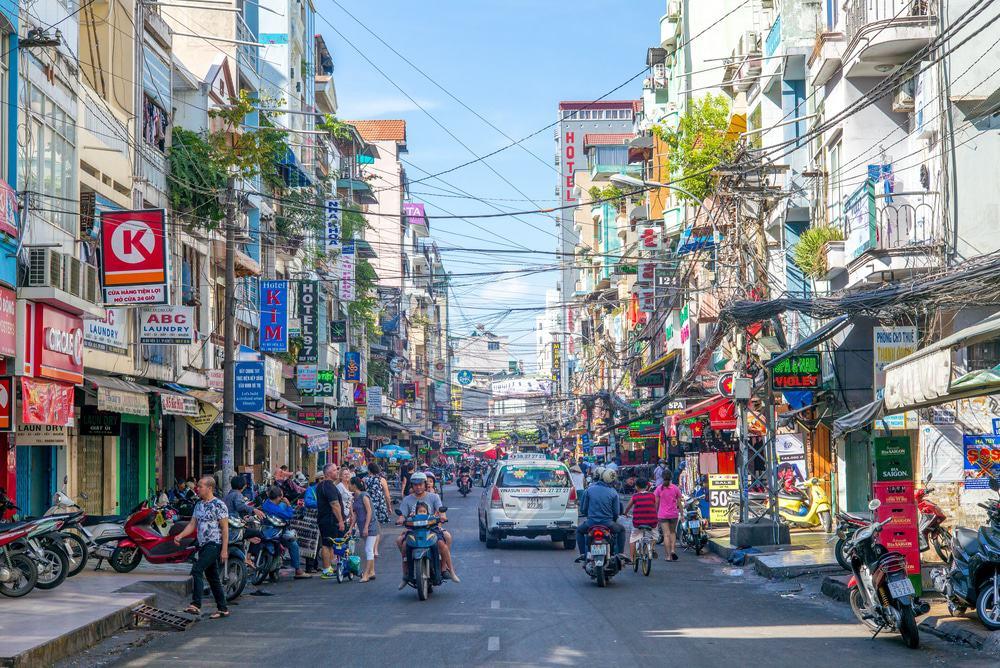Prendre un verre dans la rue Pham Ngu Lao