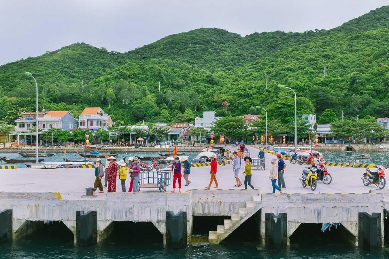 Arrivée du ferry aux îles Cham