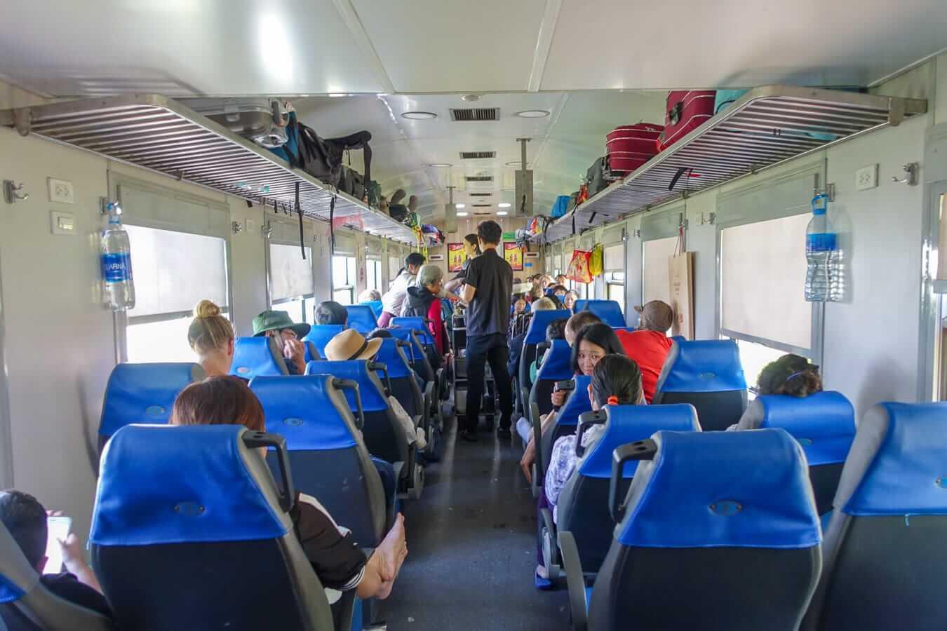 Cabine à sièges souples dans le train du Vietnam