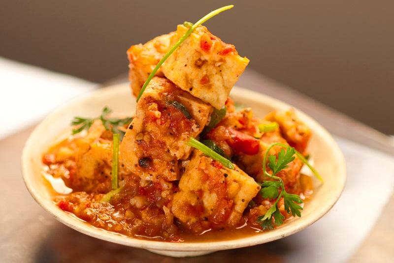 Dau Sot Ca Chua (Tofu avec tomates, oignons verts et herbes)