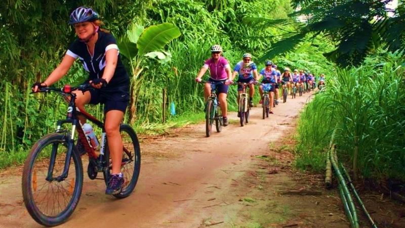 Faire la balade à vélo à la campagne de Hué