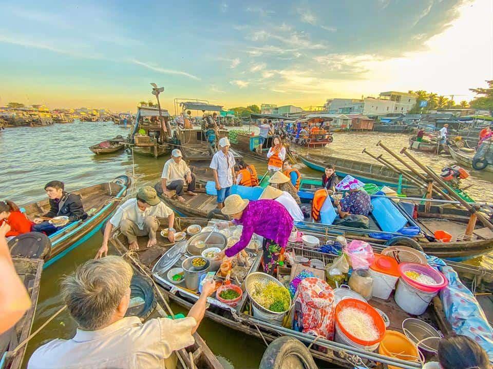 La scène commerciale animée du marché flottant Cai Rang