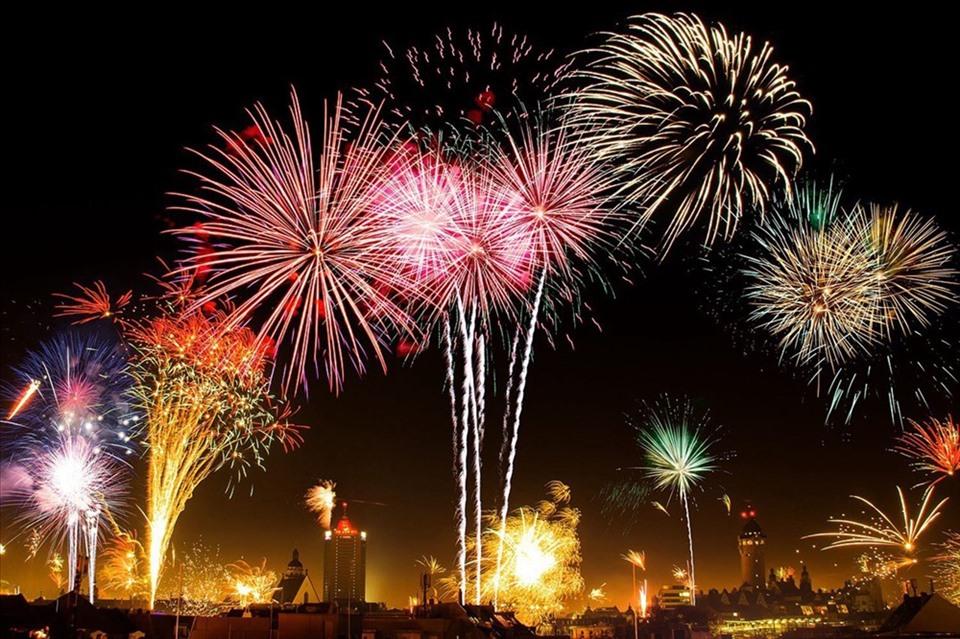 Regarder le feu d'artifice au moment du réveillon du Nouvel An vietnamien