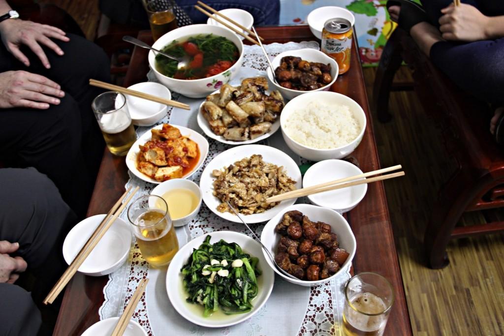 Repas familial vietnamien typique