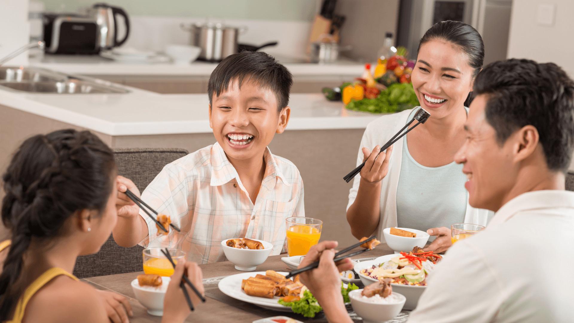 Tentatives de maintien de la tradition des repas familiaux au Vietnam