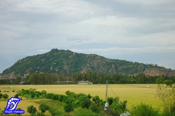 Contempler le mont Sam Chau Doc