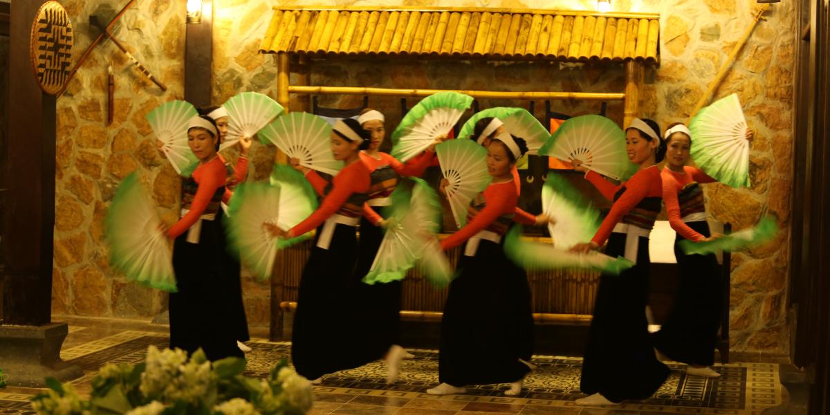Profitez du spectacle traditionnel de danse et de chant présenté par les ethnies locales